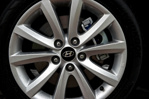 Close-up of the hubcap of a Hyundai i45 Tourer. The Hyundai logo is visible in the center of the hubcap.