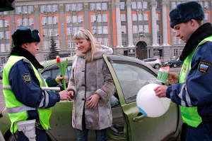 Yekaterinburg traffic police gave female drivers flowers and souvenirs on the eve of the International Women's Day.